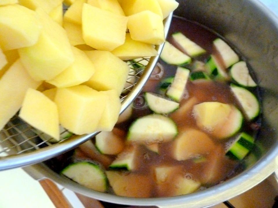 Courgettes et pommes de terres ajoutées