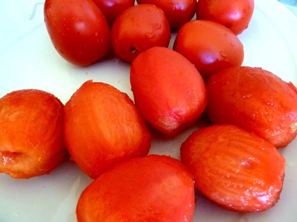 Tomates allongées pelées