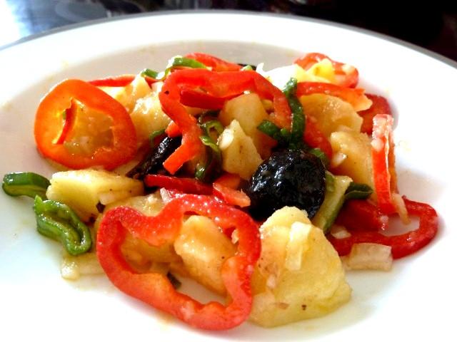 assiette salade oignons et poivrons rouges
