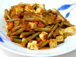assiette haricots verts tofu sauce