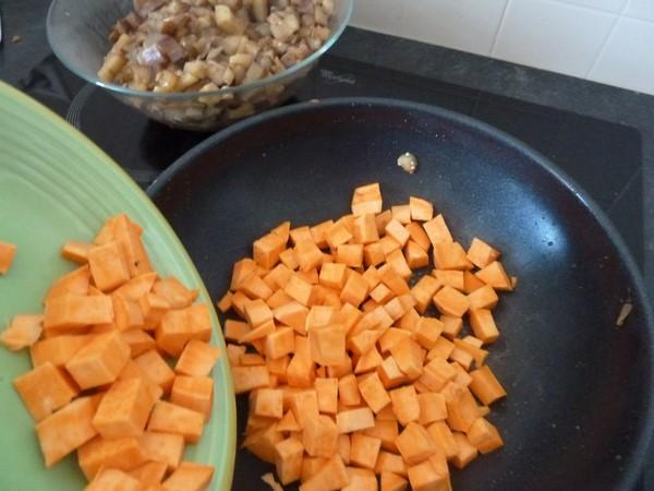 wok aubergine patate douce en cuisson