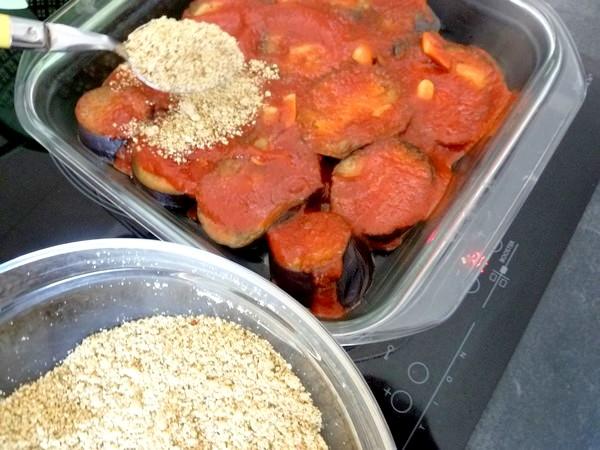 aubergines sauce tomate et noix de cajou parsemer