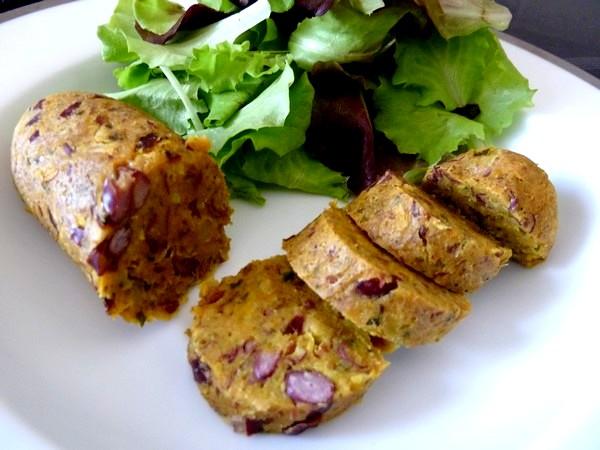 Saucisses vegetariennes aux haricots dressage tranches