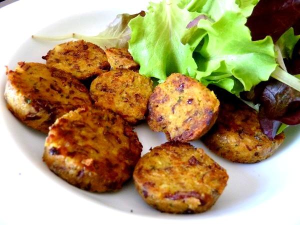 Saucisses vegetariennes aux haricots dressage salade
