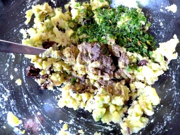 ecrasee de patates avocat aux olives poivre ciboulette