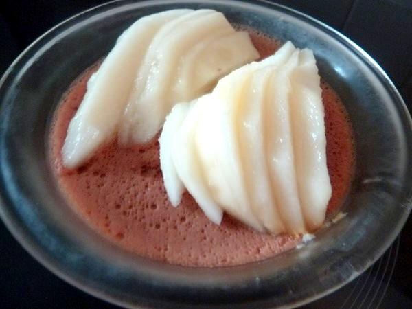 poires crues sur flan au chocolat sans oeuf dresser