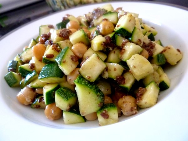 Courgettes aux graines de lin et pois chiches assiette