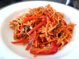 carottes rapees au poivrons cru servir