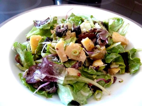 salade aux cebettes et graines germees sauce cajou badiane servir