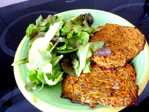 Galettes aux 2 patates rapees et salade verte