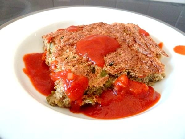 pain de courgettes sauce tomate assiette