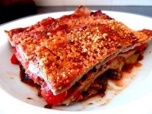 Lasagnes aux aubergines et tomates servir