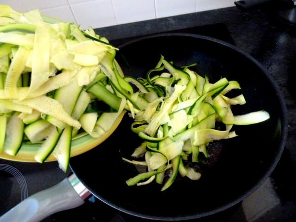 courgettes en lamelles sauce bechamel sauter huile olive