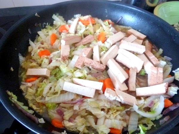 chou chinois et tofu fume dans infusion ortie braiser