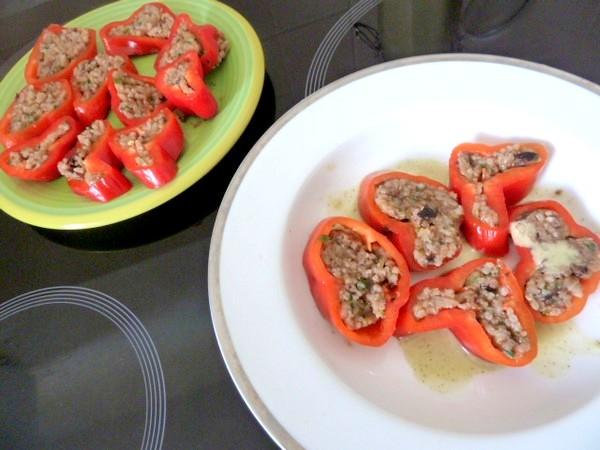 poivrons-tomates-crus-farcis-assiettes