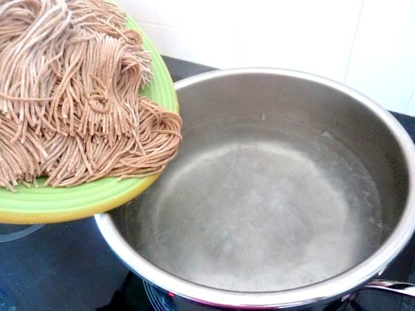 spaghettis-sauce-tomate-tofu-eau-bouillante-salee