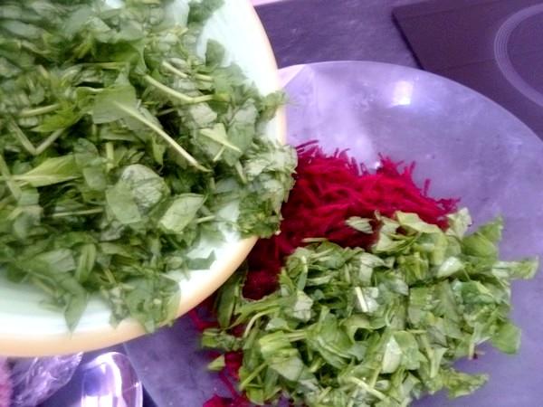 salade-crue-betterave-epinards-sauce-yaourt-melanger