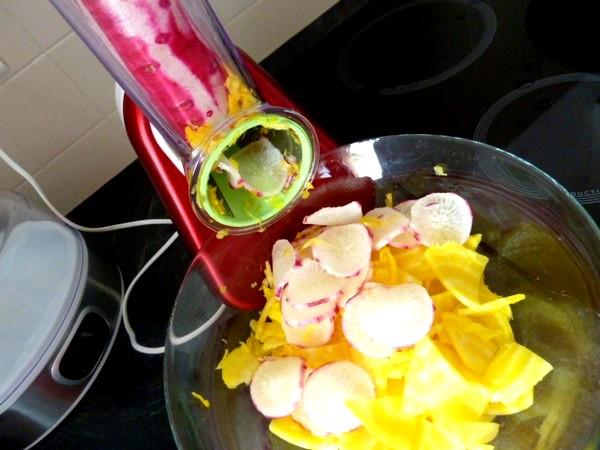 petales-radis-betterave-jaune-sauce-anis-trancher