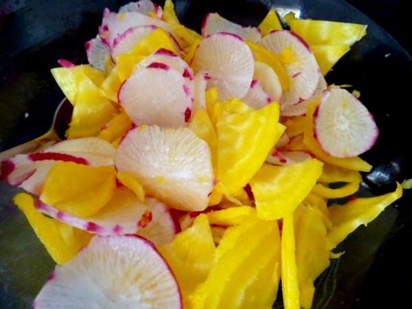petales-radis-betterave-jaune-sauce-anis-salade