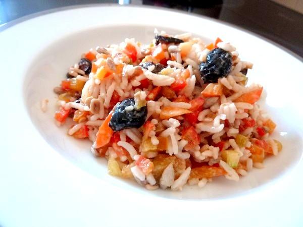 salade de riz au poivron cru et graines de tournesol servir