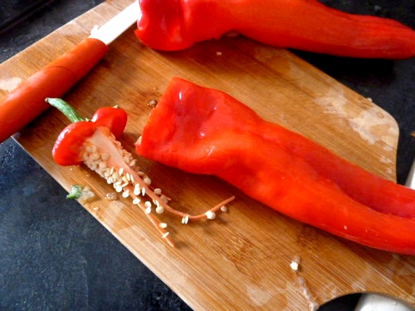 poivrons-tomates-crus-farcis-vider