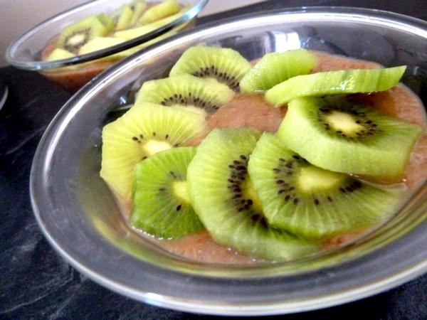 kiwis-sur-compote-poires-raisins-secs-garnir
