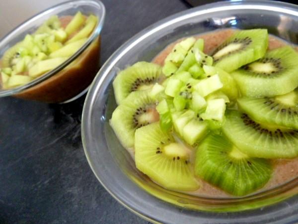 kiwis-sur-compote-poires-raisins-secs-servir