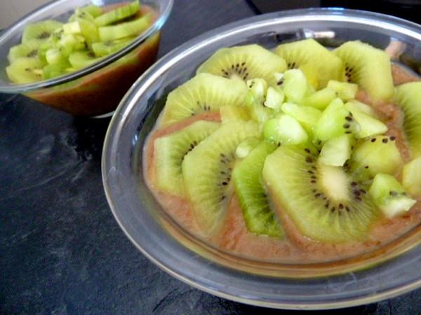 kiwis-sur-compote-poires-raisins-secs-servir-frais