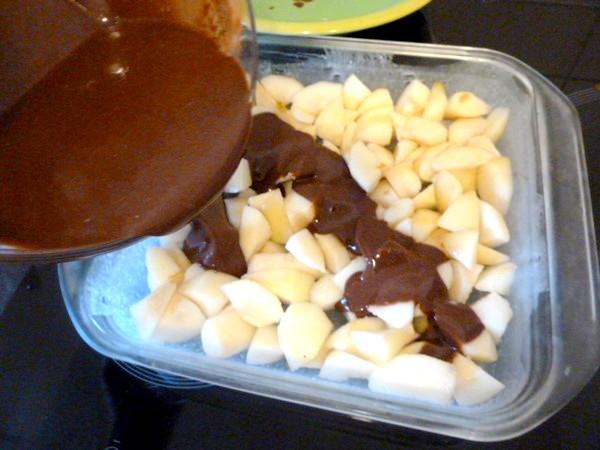 clafoutis-poires-au-chocolat-verser-creme-gateau