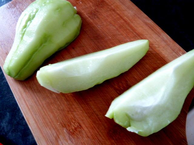 chayotte-crue-sauce-spiruline-eplucher-diviser-en-4-longueurs