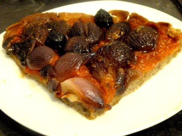 pizza-aux-oignons-grelots-rouges-servir