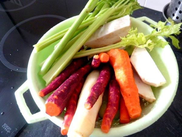 carottes-tricolores-aux-deux-celeris-laver-eplucher