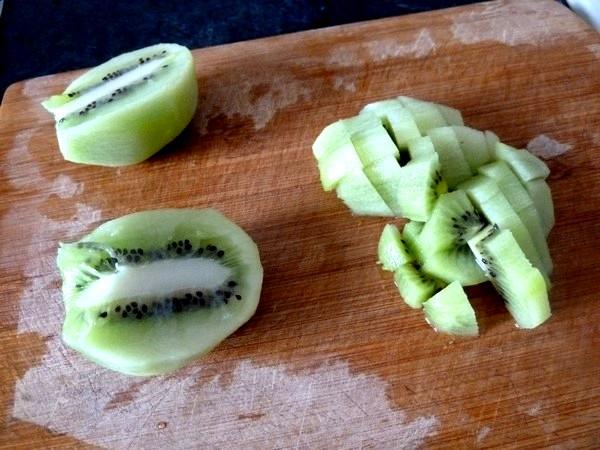crudites-concombre-kiwi-au-chanvre-eplucher-couper-des