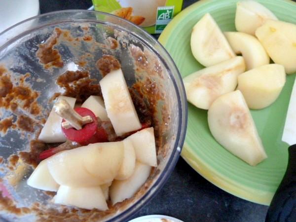 kiwis-sur-compote-poires-raisins-secs-petits-morceaux-mixer