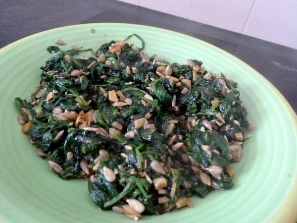nems-epinards-salade-aux-graines-tournesol-refroidir
