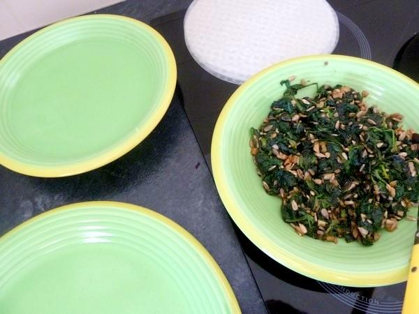 nems-epinards-salade-aux-graines-tournesol-galette-riz
