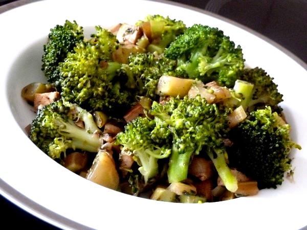 brocolis au tofu fume servir