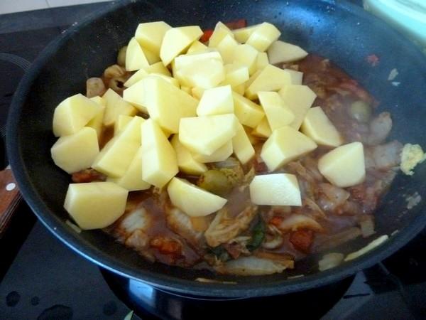 chou chinois et pommes de terre cuire ensemble