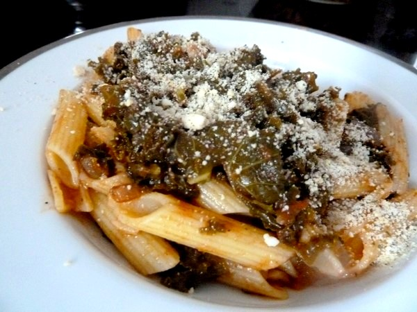 pates sans gluten au chou kale saupoudrer cajou servir