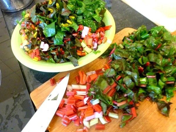 tarte aux graines blettes et oignon rouge emincer tiges