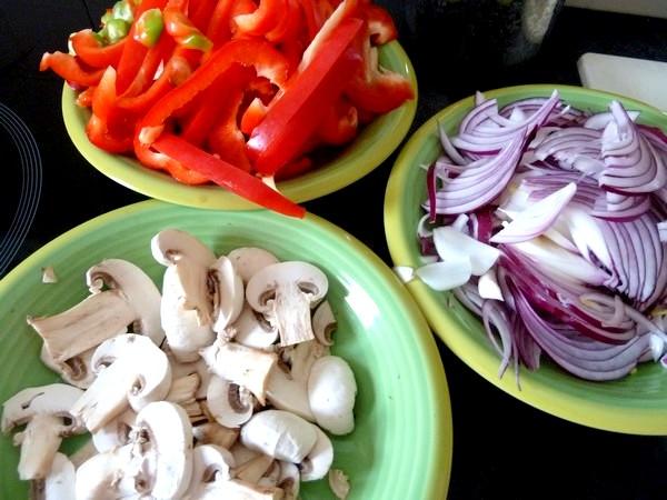 poivrons oignons champignons en poelee trancher