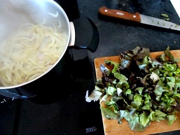 raviolis salade cajou et sauce tomate emincer
