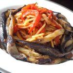 spaghettis aux poivrons et aubergines servir chaud