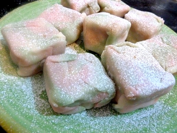 gateau cube pate amande sucre glace